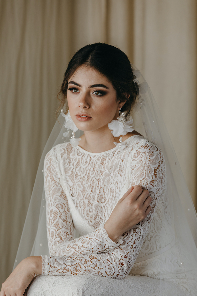 How to accessories a lace wedding dress 29